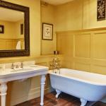 Capacious roll top bath tubs