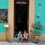 Mis hijos en el Café Xihuela. Son muy amables con los ninos!