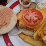hamburguesa abierta, creo que era de pollo, bien surtida.