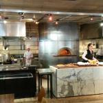 Cozinha aberta com forno à lenha