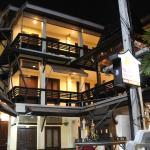 Das Na Taphae Hotel bei Nacht von außen