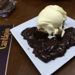 Brownie com sorvete e calda