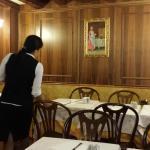 chambre joiiment décorée avec lustre de Murano