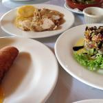 Croqueta de bacalao con salsa de mango, pollo con ciruelas y timbal de salmón con aguacate (tapa