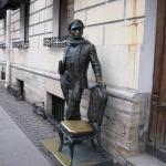 Скульптура у входа