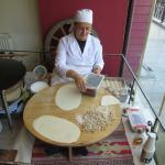 fazendo o pão no restaurante