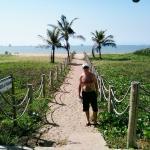 Acesso a praia em frente ao hotel