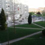 Vista desde la ventana,a calle peatonal y jardin