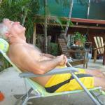 Descansando en el área de piscinas