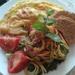 omelette ripiena di burratina ed asparag iselvatici, con spaghettini di verdure crude