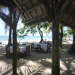 Les tables dressées sur la plage