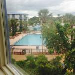 visão da piscina pela janela do quarto
