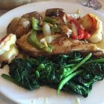 Peixe dourada com camarão, batata á muro e grelos