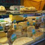 近所のマルシェにてチーズ屋