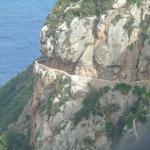 Chemin en corniche taillé à même la montagne