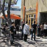 A line out the door for lunch at Tender Greens (17/Apr/15).