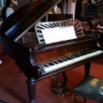 Стариный рабочий рояль.