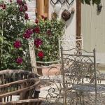 Dekoration und Rosenblüten auf der Terrasse im Weingut Rathbauer