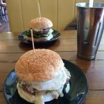 Rambo Burger mit Ei. Sehr zu empfehlen. Netter kleiner Burger Laden mit großer Auswahl an versch