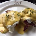 Eggs benedict with crispy bacon