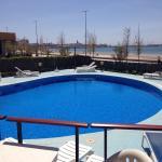 La piscina dell'hotel in una calma giornata di aprire