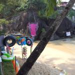 Ресторан находится в левом углу пляжа Палолем у розовой коровы