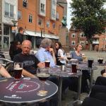 Nyder en øl med venner fra arbejde