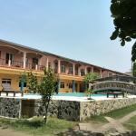 El hotel y la piscina, remodelada