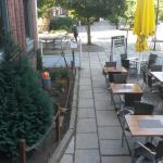 Die Tische im Außenbereich
