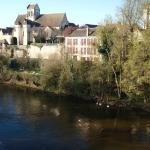 L'Hostellerie Val de Creuse vue du pont, les oies sont de sortie