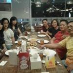 Makan seafood yang enak bersama teman-teman