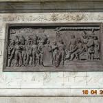 Bas-relief au pied de la colonne