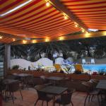La piscine et la terrasse du restaurant