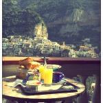 Desayuno en el balcón de la habitación