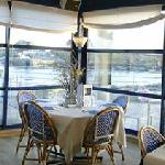 Salle du restaurant avec vue sur le port de Lanildut
