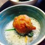 Accras de homard, épinards, coques et asperges blanches