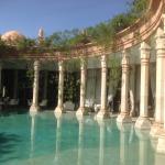 Une des piscines avec ses colonnes qui se jettent dans l'eau.....