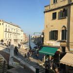 サンタルチア駅から数分歩いて、橋を渡ってすぐ右側の角でした。窓から見える水路。向こうの方にはヴァポレットの停留所も写っています。