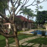 The beautiful garden with swimming pool of Villa Bali Jegeg Hotel