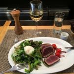 il piatto di tuna, insalata e uovo in camicia