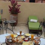 Un petit déjeuner à tomber, servi sur la terrasse du toit.