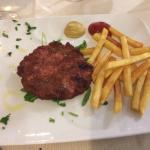 Hamburger di filetto con patate fritte