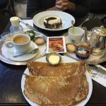 Thé et café joliment présentés avec crêpes et merveilleux ! Parfait pour la pause goûter...