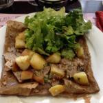 Crêpe la Jagut (andouille, pommes de terre rôties, salade)