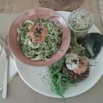 Deliciosos espaguettis de calabacin bio, trigo sarraceno, y una hamburguesa vegetal