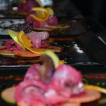 Carpaccio d'espadon façon gravelax, salade de pommes acidulées et son jus de betteraves rouges.