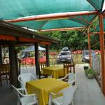 Mesas na área externa coberta.
