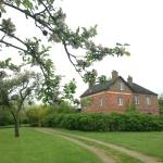 la maison rose avec son grand pré où gambadent les lapins