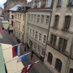Вид из окна на улицу Старого города.