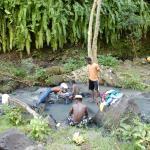 Quelques Jeunes font leur lessive à côté d ela Cascade